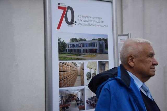 Wystawę o historii archiwum można zobaczyć w plenerze - tuż obok jego siedziby przy ul. Mościckiego.