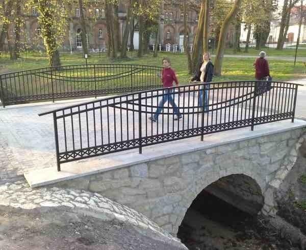 """Pierwszy mostek w """"małym parku"""" w pobliżu placu zabaw jest już odnowiony."""