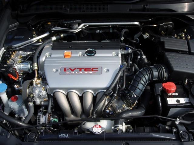 Honda jest uznanym producentem najbardziej niezawodnych silników samochodowych. Do tego potrafi pogodzić cechy uznawane za niemożliwe do pogodzenia. Tym samym jednostki napędowe z literą H na osłonie są solą w oku inżynierów i specjalistów twierdzących, że nie da się pogodzić wysokich osiągów (z doładowaniem lub bez), zaawansowanej konstrukcji (VTEC), niezawodności i trwałości. A jednak, seria spokrewnionych ze sobą silników K20 i K24 to dowód, że owszem, da się. Przy odpowiednio wysokiej kulturze serwisowej wysokie przebiegi są tym silnikom nie straszne.NAJBARDZIEJ RDZEWIEJĄCE SAMOCHODY [GALERIA]Modele z silnikiem 2.0i / 2.4i:Honda Civic (od 2001)Honda Accord (od 2003)Honda CR-V (od 2002)