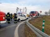 Wypadek na skrzyżowaniu DK45 i DW429 w Zimnicach Małych. W poniedziałek rano toyota aygo zderzyła się tam z fiatem ducato