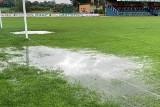 Boisko w Klimontowie pod wodą! Nie odbył się mecz Hummel IV Ligi Świętokrzyskiej [ZDJĘCIA]