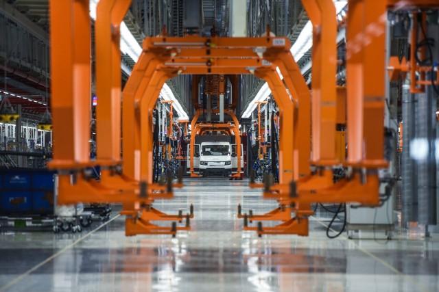 Zwolnienia w fabryce motoryzacyjnej Volkswagen Poznań są związane m.in. z automatyzacją fabryki. Zobacz, kogo zwolnienia i likwidacja stanowisk dotknie w zakładach Volkswagen Poznań. Dlaczego dojdzie do likwidacji stanowisk w VW? Czy w VW Poznań planowane są zwolnienia grupowe? Kogo - jakich specjalistów - będzie w przyszłości potrzebowała poznańska fabryka Volkswagena?