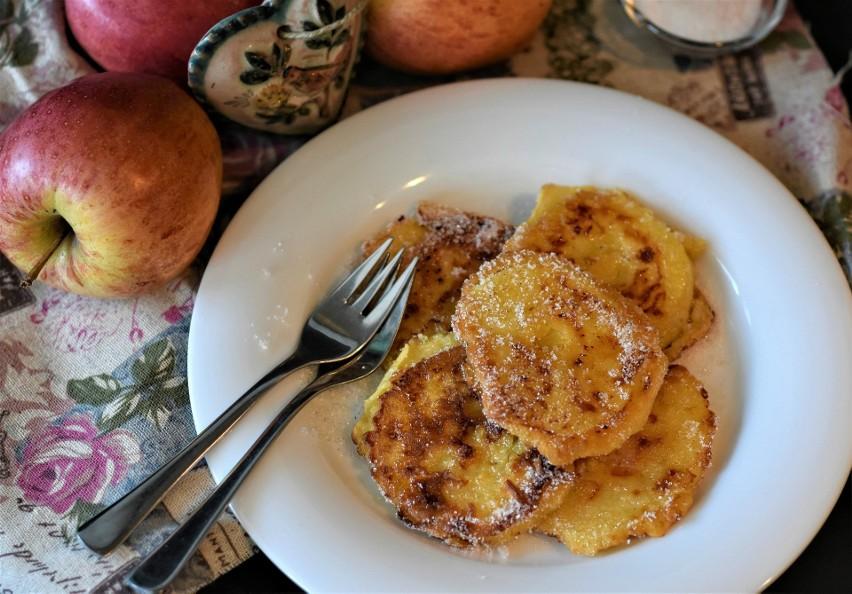 By placki z jabłkami wyszły najlepsze, ważna jest odmiana użytych jabłek. Te powinny być twarde, by nie rozpadły się podczas smażenia i nie rozwodniły ciasta, i lekko kwaśne, ponieważ będą stanowić ciekawy kontrast dla słodyczy aromatycznych racuszków. Polecanymi odmianami są szara reneta i antonówka.Wypróbuj najlepsze przepisy na placki z jabłkami!