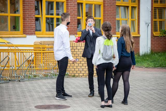 Ósmoklasiści mieli okazję sprawdzić swoją wiedzę podczas próbnego egzaminu, który odbył się w marcu 2021. Teraz przyjdzie im zmierzyć się z zadaniami na prawdziwym egzaminie