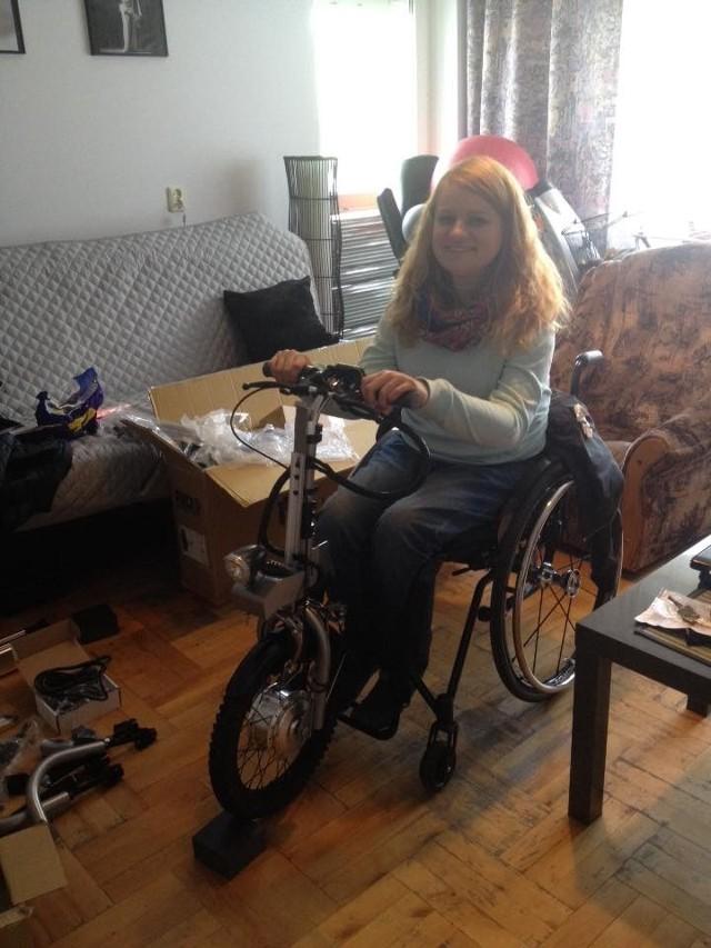 Wózek inwalidzki Katarzyny Bierzanowskiej wyposażony jest w tzw. piąte koło, dzieki któremu może się poruszać. Złodziej je zdemontował i ukradł.