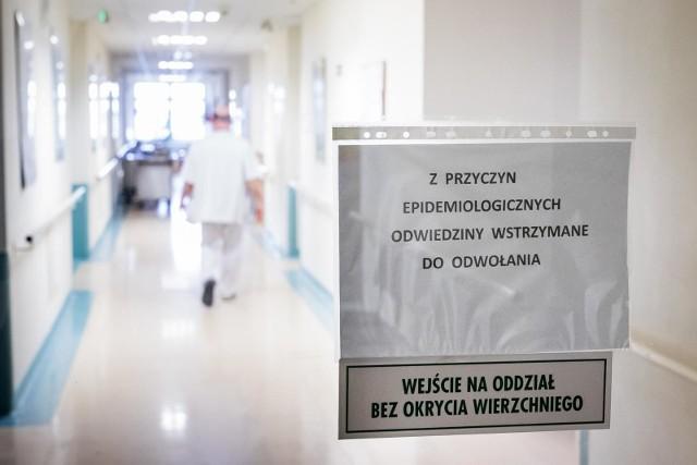 """W związku ze zwiększeniem zachorowań na grypę w Wojewódzkim Szpitalu Zespolonym im. Ludwika Rydygiera w Toruniu wprowadzono ograniczenie odwiedzin.Czytaj: Grypa zwala nas z nóg. I to o wiele bardziej, niż w ubiegłym rokuW całym regionie odnotowano ponad 20 tys. zachorowań na grypę (To dane od 1 września 2017 do teraz). Najwięcej chorych na grypę jest w tej chwili w powiecie toruńskim. W styczniu zarejestrowano tu 6402 przypadki grypy oraz zachorowań grypopodobnych, a w lutym rozpoznano 7099 takich przypadków. Najwięcej z nich dotyczyło dzieci do 14. roku życia (2815 przypadków - 39,65 proc).W związku z chorobą na terenie Wojewódzkiego Szpitala Zespolonego na Bielanach wprowadzono ograniczenia wizyt u chorych. Odwiedziny są także ograniczone na oddziałach szpitala przy ulicy św. Józefa, psychiatrycznego przy ulicach Skłodowskiej-Curie i Mickiewicza oraz zakaźnego przy ulicy Krasińskiego. Z kolei w przypadku oddziałów zajmujących się leczeniem dzieci, opiekę nad pacjentem może sprawować tylko jedna osoba z zewnątrz. Inne osoby - nie mogą odwiedzać pacjentów.Sprawdź czy wiesz: Grypa czy przeziębienie. Czy wiesz, jak je odróżnić? Sprawdź! [QUIZ]- Na oddziałach zajmujących się leczeniem dorosłych odwiedzanie pacjentów może odbywać się tylko w godz. 15-17 we wszystkie dni tygodnia z zastrzeżeniem, że jednego pacjenta może odwiedzać w tym samym czasie jedna osoba - mówi Janusz Mielcarek, rzecznik prasowy Wojewódzkiego Szpitala Zespolonego im. Ludwika Rydygiera w Toruniu. <center>Grypa szaleje w Polsce. Ponad milion przypadków zachorowań od początku roku<iframe src=""""//get.x-link.pl/fc3a99fc-0bfc-843c-7b86-73756e4d275c,6b7c0903-d39a-85c2-d4b0-14dd2c11e77e,embed.html"""" width=""""640"""" height=""""360"""" frameborder=""""0"""" webkitallowfullscreen="""""""" mozallowfullscreen="""""""" allowfullscreen=""""""""></iframe>(źródło: TVN 24/x-news)</center>"""