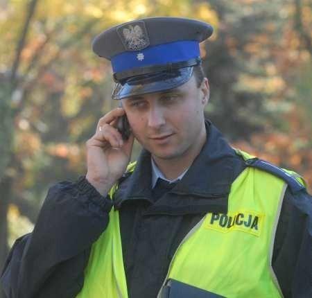 Mł. asp. Michał Pakuła już przekonał się, że telefony komórkowe znacznie ułatwiają pracę. Jest dzielnicowym na os. Piaski i mówi, że już odebrał pierwsze zgłoszenia od mieszkańców z tego rewiru.
