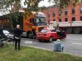 Kierowca tira 300 metrów pchał rozbitą osobówkę WIDEO. Aktualizacja: to była jego wina