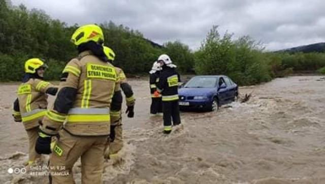 Rzeka Biała w Śnietnicy porwała cztery samochody