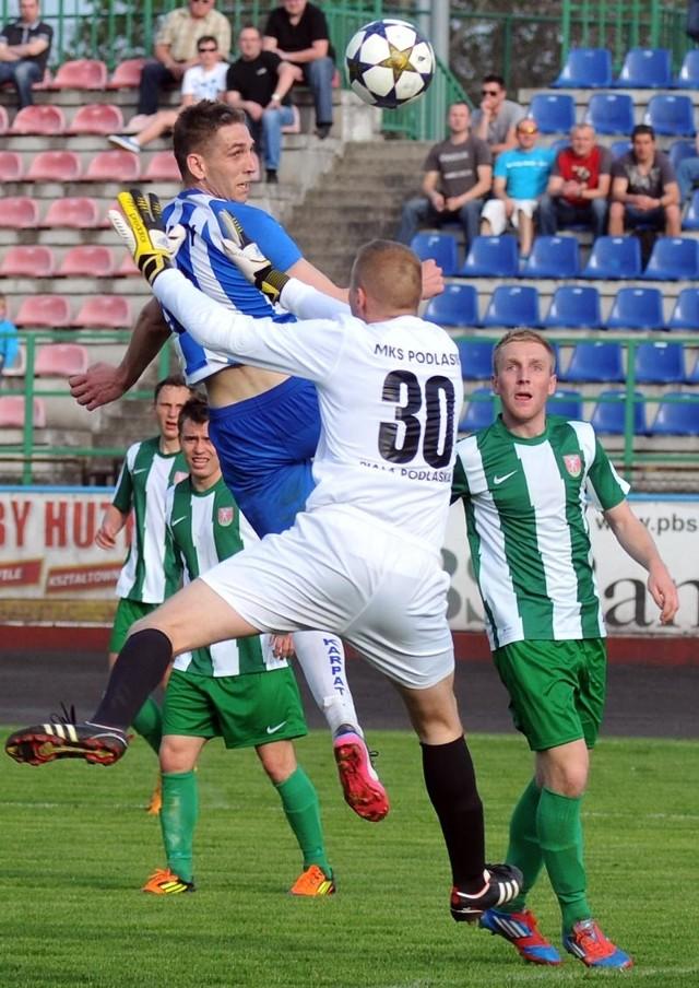 Karpaty Krosno-Podlasie Biała PodlaskaKarpaty Krosno (niebiesko-białe stroje) przegrały z Podlasiem Biała Podlaska 1-2 (1-0)
