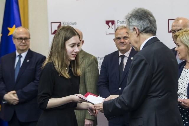 Dyplom i nagrody wręczył Karolnie Grygorczyk sędzia Wojciech Hermeliński, przewodniczący Państwowej Komisji Wyborczej.