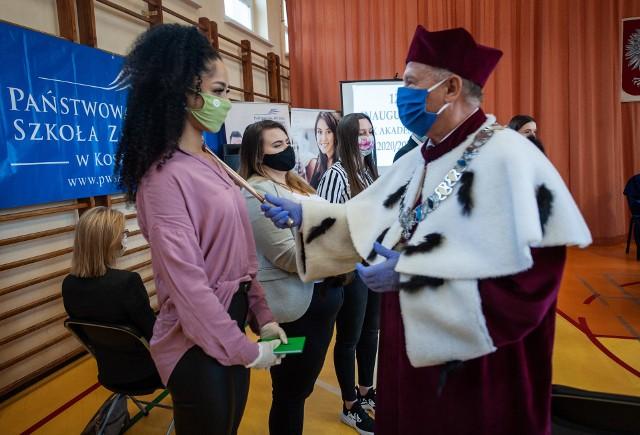 W czwartek 15 października Państwowa Wyższa Szkoła Zawodowa w Koszalinie po raz dwunasty zainaugurowała rok akademicki. Przyczyną dwutygodniowego opóźnienia jest oczywiście pandemia i przedłużona rekrutacja na pierwszy rok studiów.