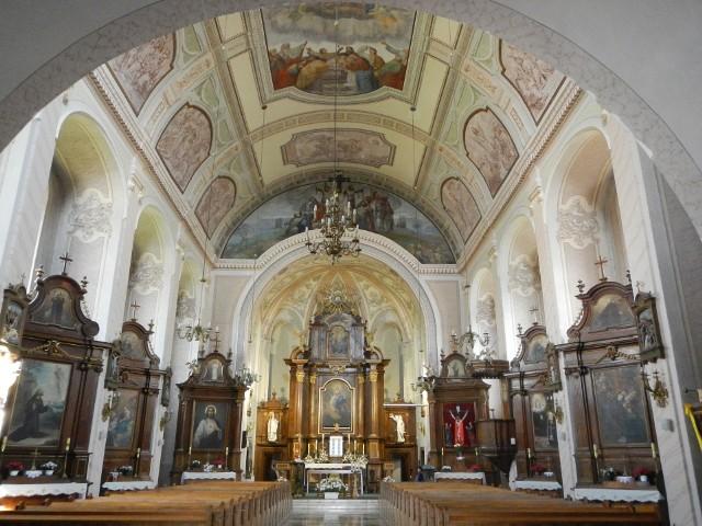 Barokowe wnętrze kościoła klasztornego Kapucynów w Rywałdzie. Figura Matki Bożej z Dzieciątkiem umieszczona jest w ołtarzu głównym (tu ukryta za zasuwą)