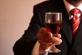 Ile piją Polacy? Więcej niż m.in. Rosjanie, Włosi, Szwedzi i Austriacy  Ile piją Polacy? Przeciętny rodak wypił w 2012 r. ok. 3,1 litra wina spokojnego (czyli wina niemusującego i niewzmacnianego dodatkowym alkoholem). To o 27,5 proc. więcej niż jeszcze 5 lat temu.