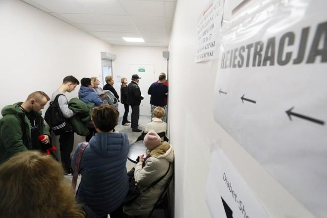 Na podstawie danych zamieszczanych na stronie Narodowego Funduszu Zdrowia sprawdziliśmy, jak długo trzeba czekać do lekarzy specjalistów. Zdecydowana większość lekarzy to oczekiwanie od kilku dni do kilku tygodni. Są jednak i tacy specjaliści, do których trzeba czekać od kilku do kilkudziesięciu! Zobaczcie, do jakiego specjalisty w Kujawsko-Pomorskiem są najdłuższe kolejki (dane z połowy stycznia 2020). Rekordowy czas oczekiwanie w regionie to 32 lata!