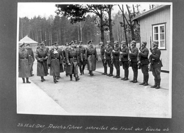 23 listopada 1941 r. Heinrich Himmler wraz ze swoją świtą kroczy przed strażnikami w obozie koncentracyjnym Stutthof.