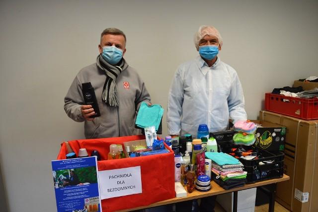 Artur Wilpert i pan Andrzej, były bezdomny, który obecnie pracuje w łaźni Caritas prezentują dary zebrane w ramach wielkopostnej akcji.