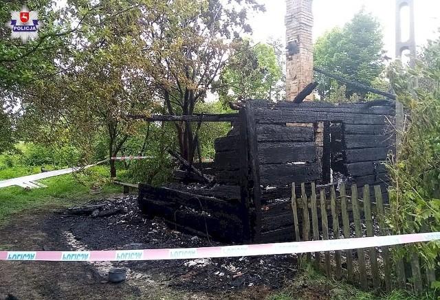 Policjanci pod nadzorem prokuratury wyjaśniają okoliczności pożaru domku jednorodzinnego, do którego doszło w poniedziałek w nocy w gm. Hańsk