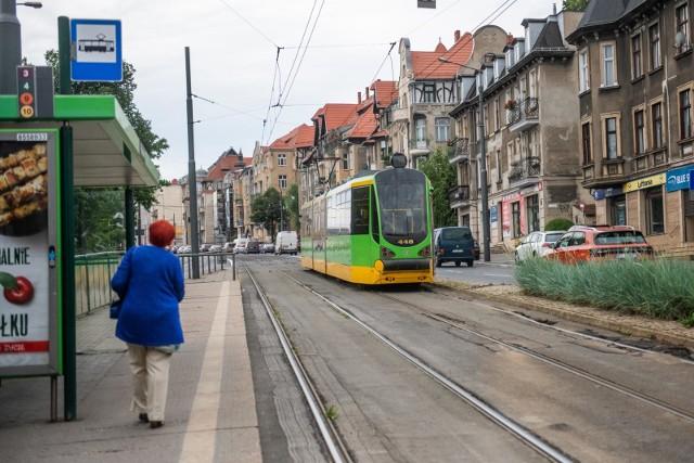 Po ostatnich podwyżkach cen biletów komunikacja miejska w Poznaniu jest jedną z najdroższych w Polsce. Sprawdziliśmy, jak ceny biletów komunikacji miejskiej w Poznaniu wypadają w porównaniu z innymi miastami w naszym regionie, w Polsce i w Europie. Przejdź do galerii--------------->