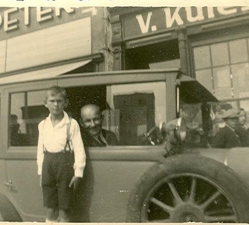 Gustaw Sorich w swojej taksówce. Przed samochodem stoi jego syn Heinz. Zdjęcie z ok. 1935 roku.