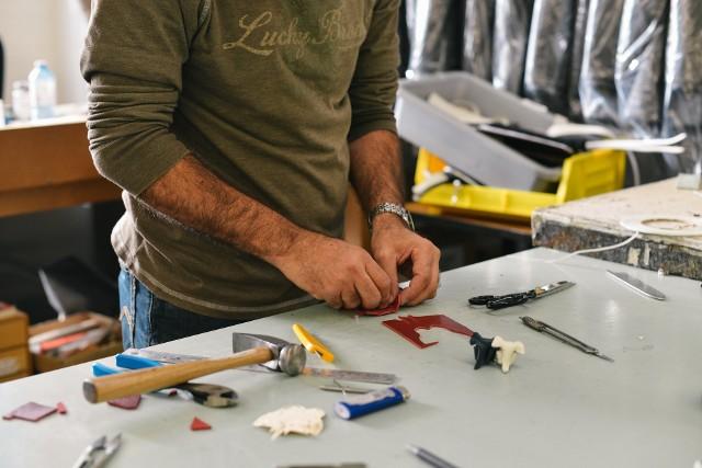 Pracownik sam ustala ilość czasu, poświęconego na wykonanie pracy chałupniczej w domu.