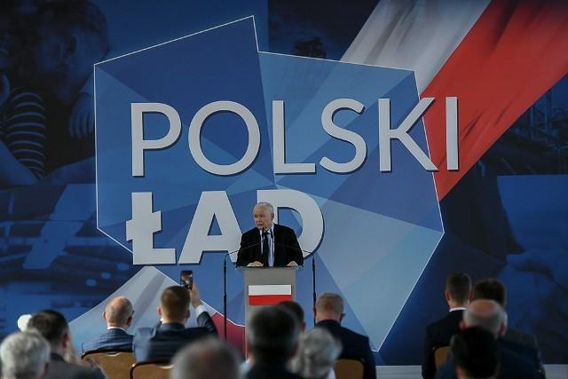 Jarosław Kaczyński odwiedził w niedzielę po południu Wysokie Mazowieckie. W miejscowej szkole zaprezentował założenia programu Polski Ład.