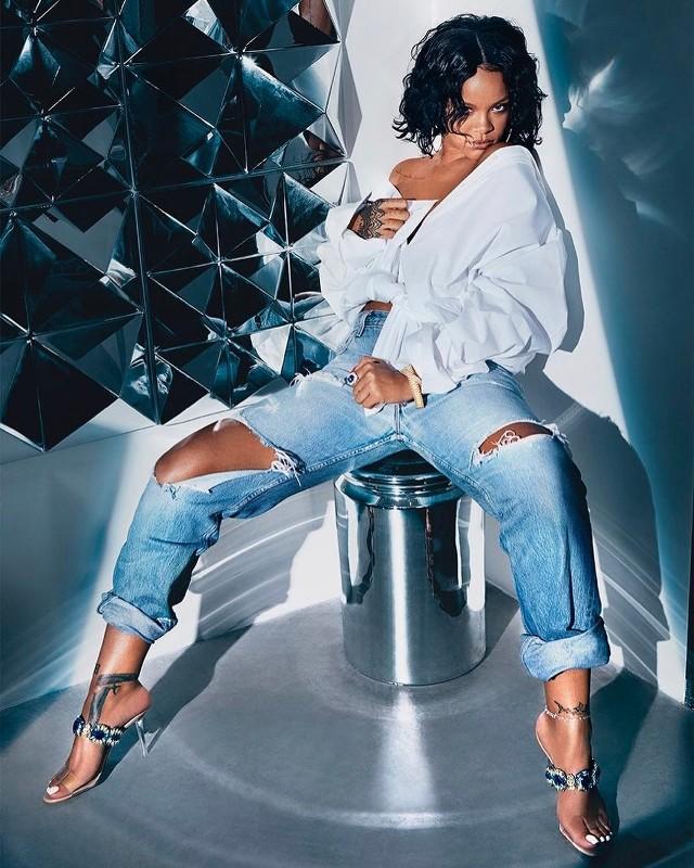 """Rihanna:Chyba najbardziej kontrowersyjna decyzja, gdyż według niektórych piosenkarka słynie z modowych wpadek. Niemniej """"Vanity Fair"""" docenił artystkę za niepowtarzalny styl i wyznaczanie trandów."""