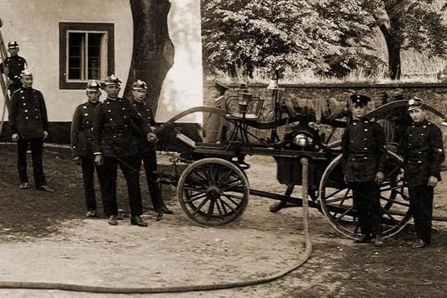 Tak wyglądało wyposażenie strażaków sprzed stu lat. Na zdjęciu druhowie z Jemielnicy.