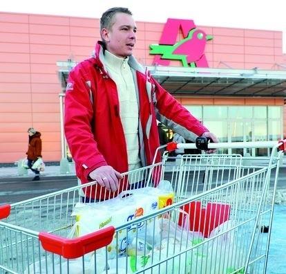 – Wydatki są spore, zwłaszcza przy czteroosobową rodzinie – mówi Mariusz Popławski z Białegostoku. – Liczy się każdy grosz.