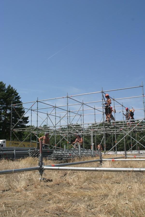 Na polu, gdzie odbedzie sie Przystanek Woodstock 2010 są juz pierwsi woodstockowicze, pracują juz tez robotnicy budujący scene.