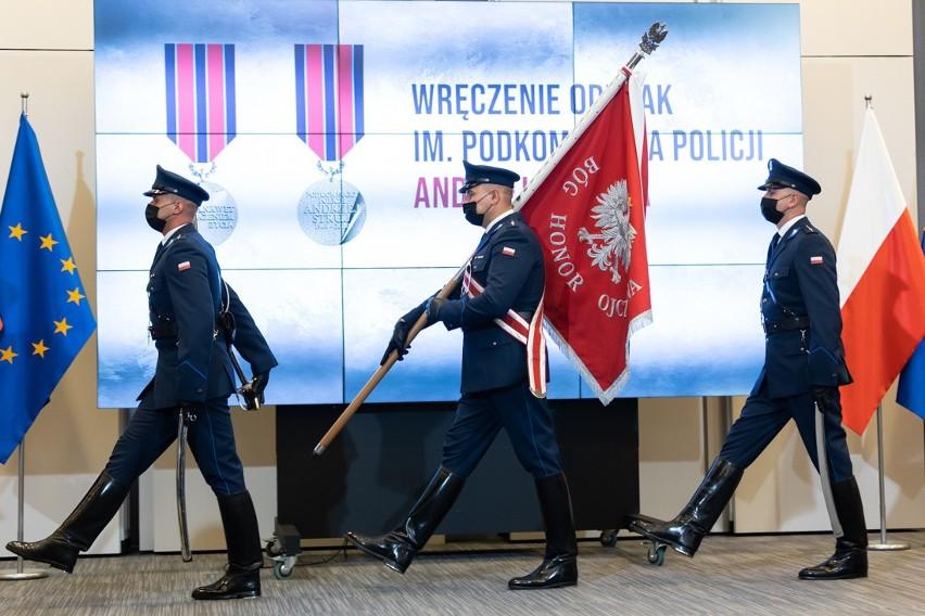 Ratowali ludzi z pożaru narażając własne życie. Dwoje białostockich policjantów uhonorowanych przez ministra Kamińskiego