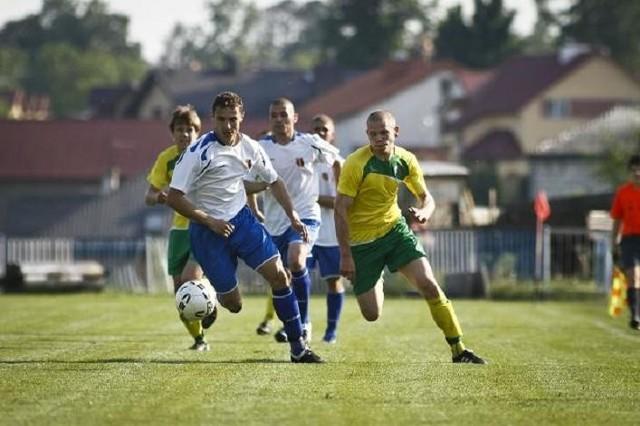 Gracze Olimpii (białe koszulki) wygrali z Dębem i są blisko awansu do II ligi
