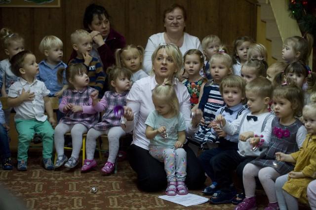 W czwartek w Żłobku Skrzat przy ulicy Lelewela w Koszalinie odbyło się wspólne kolędowanie. Żłobek odwiedziła skrzypaczka z Filharmonii Koszalińskiej.