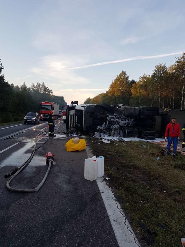 Ciężarówka przewóciła się na bok, blokując dwa pasy ruchu