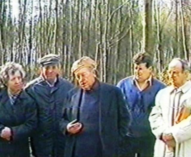 Ks. Hieronim Lewandowski (na środku) w otoczeniu rodziny jednego z zamordowanych, Władysława Rachela. Na taśmie dla nich nagrał fragmenty wizji lokalnej.