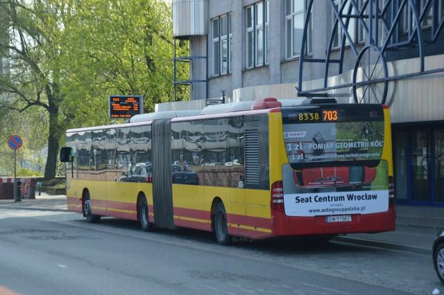 Kierowcy autobusów 703 muszą wykonać na pl. Dominikańskim niebezpieczny manewr