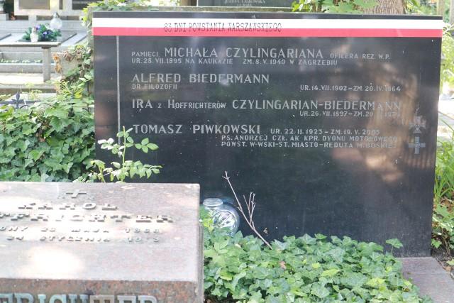 Przedstawiciele łódzkiego oddziału IPN i żołnierze Wojsk Obrony Terytorialnej założyli biało-czerwone szarfy na grobach powstańców pochowanych na Cmentarzu Starym w Łodzi