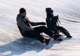To była niedziela szaleństw na sankach! Zapraszamy na zimowy fotograficzny spacer po osiedlu Strzemięcin w Grudziądzu