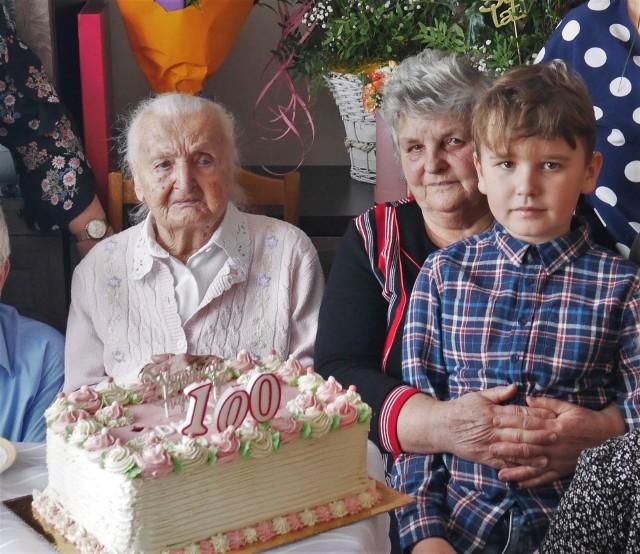 Bronisława Skowrońska z Wydrzy ukończyła 100 lat! Jubilatka świętowała w otoczeniu rodziny, z okazji urodzin odwiedziła ją delegacja Urzędu Gminy w Grębowie.