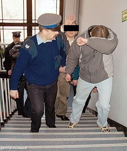 Oskarżeni w sądzie zakrywali twarze przed fotoreporterami.