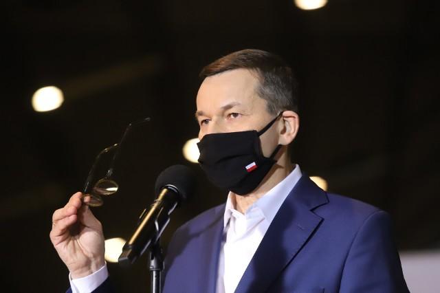 """Premier Morawiecki zapewnia, że państwo skutecznie walczy z """"mafiami"""" vat-owskimi, ale NIK przedstawia inne dane."""