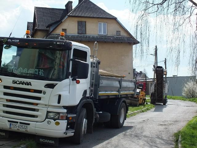 Ekipa remontowa z Ostrowca Świętokrzyskiego pracuje na ulicy Robotniczej