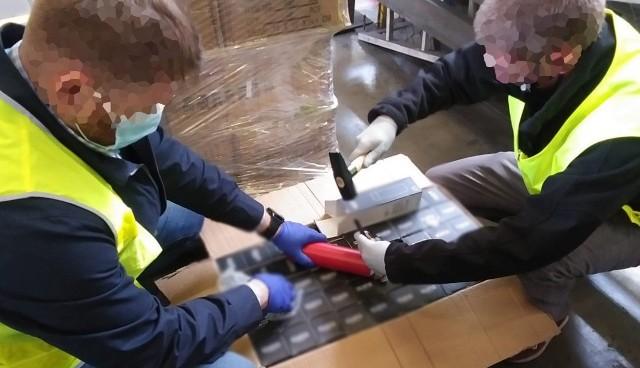 Narkotyki były przemycane w transporcie termosów, funkcjonariusze przejęli je w terminalu towarowym warszawskiego Okęcia.