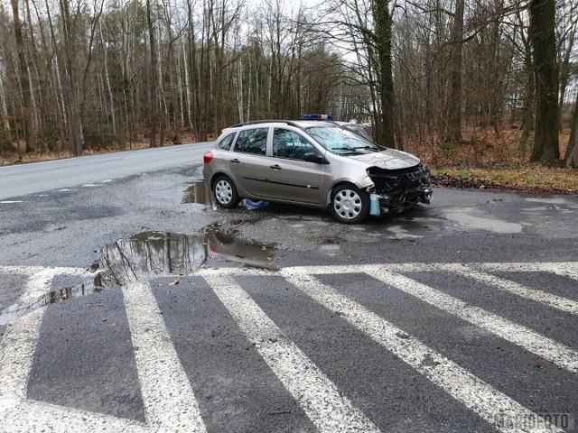 W Jełowej zderzyły się dwa samochody osobowe i bus z lawetą.