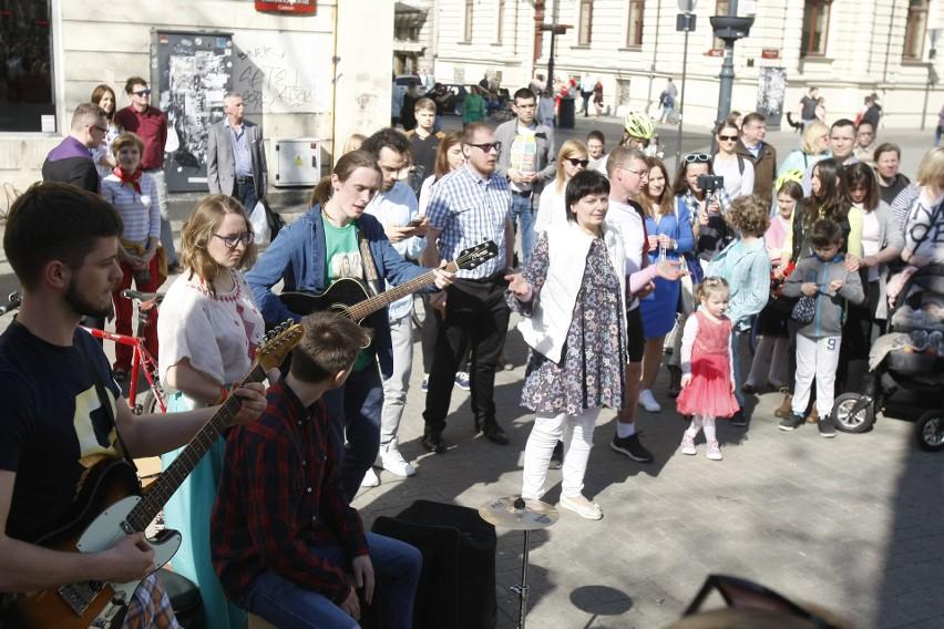 Uwielbienie Bożego Miłosierdzia na Piotrkowskiej w Łodzi. Spotkanie zorganizowała Wspólnota Nazaret. Nie zabrakło księdza Michała Misiaka