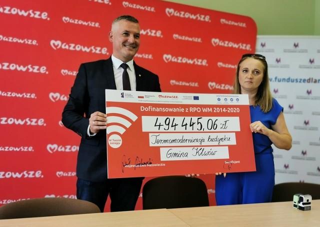 Wicemarszałek Mazowsza Rafał Rajkowski przekazał dotację gminie Klwów na remont urzędu.