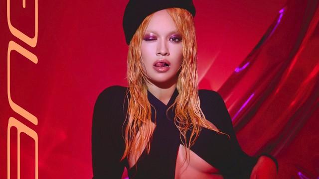 """Rita Ora niespodziewanie wydała płytę """"Bang"""". Na krążku gwiazdy występują także David Guetta, Gunna i KHEA. Projekt powstał przez internet"""