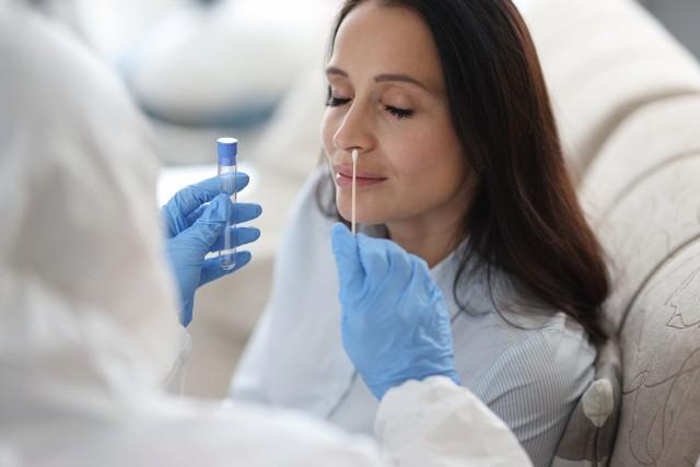 Do pobrania materiału do testu na koronawirusa należy się odpowiednio przygotować.