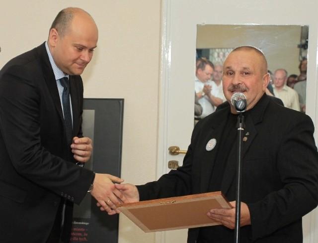 """- Jesteśmy gotowi na spotkania z uczniami, organizowanie dla nich """"żywych"""" lekcji historii -deklarował Stanisław Kowalski(z prawej). Obok Andrzej Kosztowniak."""