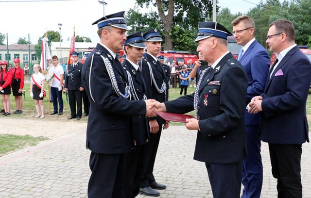 Medale wręczali wójt Jan Pyrkosz, wiceminister Marcin Warchoł i wicestarosta Mariusz Sołtys